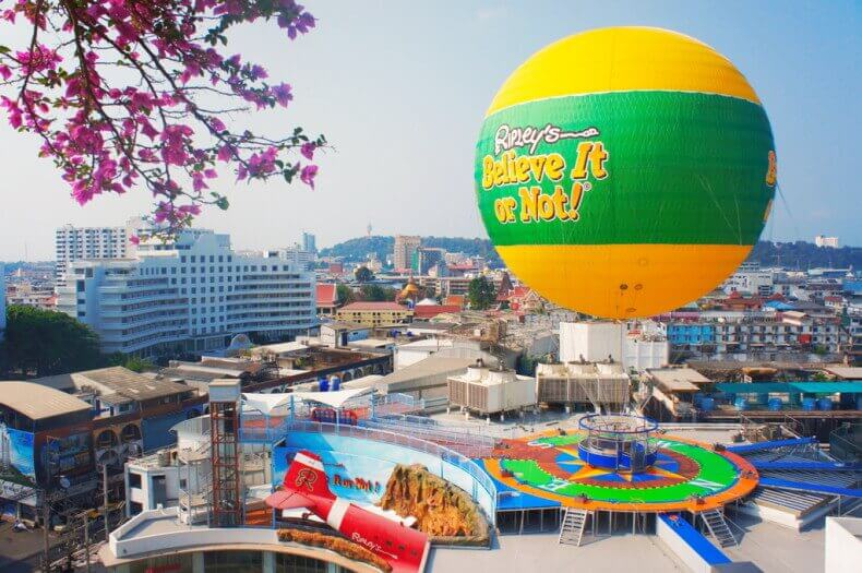 Музей Рипли в Паттайе - воздушный шар над самолетом