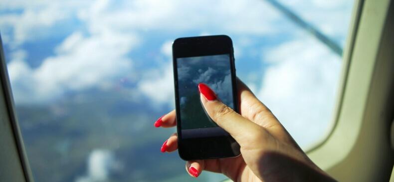 Почему выключают телефон в самолете?