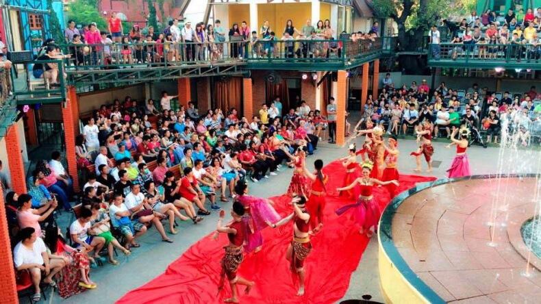 Уличное шоу Мимоза в Паттайе