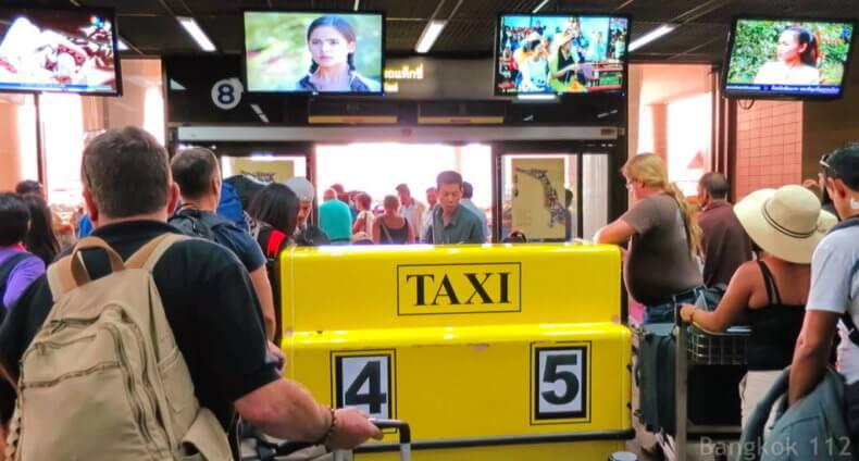 Аэропорт Дон Муанг в Бангкоке - стойка вызова такси