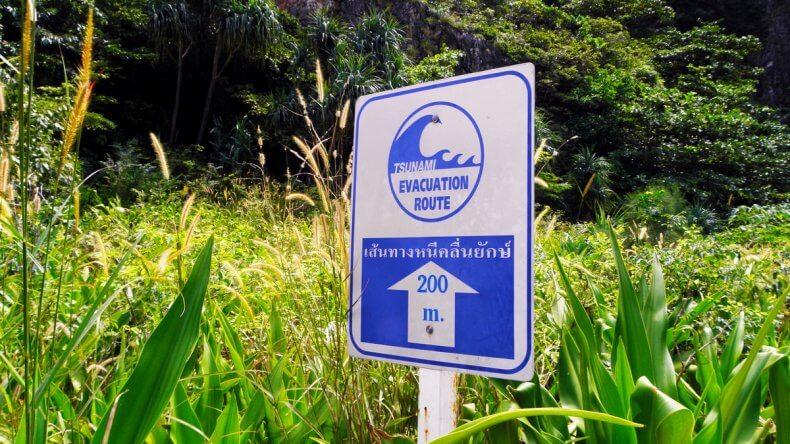 Предупреждающие таблички о цунами в Тайланде