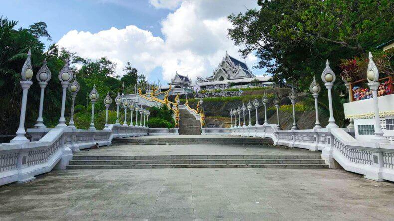 Белый храм Wat Kaew Ko Wararam в Краби