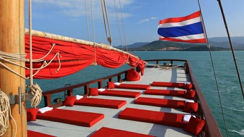 """Круиз вдоль берега острова Панган на паруснике """"Красный Барон"""""""